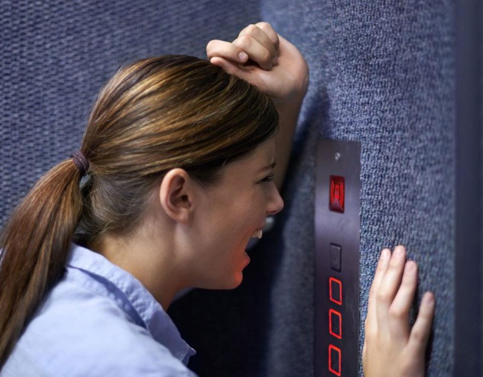 Cách xử lý khi kẹt thang máy