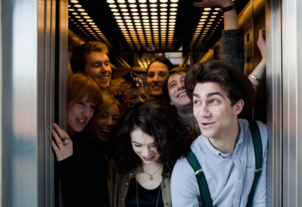 Không chen lấn xô đẩy trong thang máy